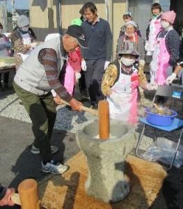 「小川仮設団地で「もちつき開催」」に関する画像